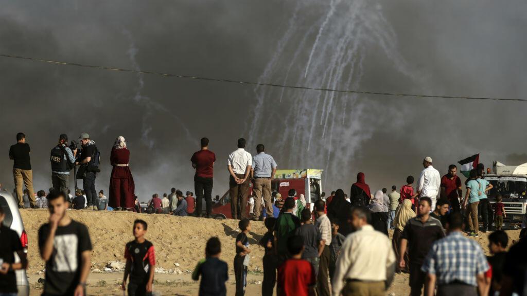 Des Palestiniens observent des tirs de gaz lacrymogènes israéliens à la frontière est de Gaza, le 29 juin 2018.
