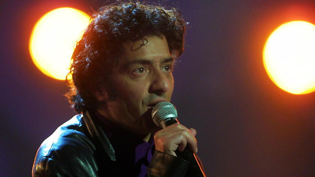 Le chanteur Rachid Taha se produit, le 17 février 2001, sur la scène de l'Olympia à Paris, lors des 16e Victoires de la Musique.