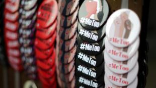 Un vendedor vende insignias #MeToo en una marcha de protesta para sobrevivientes de agresión sexual y sus partidarios en Hollywood, Los Ángeles, California, EE.UU. 12 de noviembre de 2017.