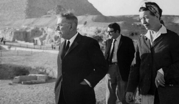 Claude Lanzmann (in the background) visiting Egypt in 1967 with Jean-Paul Sartre (left) and Simone de Beauvoir.