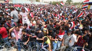 Des partisans du mouvement de Moqtada Sadr manifestent le 26 avril 2016 à l'extérieur de la zone verte, à Bagdad.