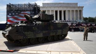 Des membres de l'armée américaine se préparent au défilé du 4-Juillet devant le Lincoln Memorial, le 3juillet2019 à Washington.