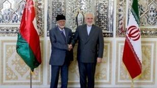 وزير خارجية إيران محمد جواد ظريف مستقبلا نظيره العماني يوسف بن علوي في طهران. 27 يوليو/تموز 2019.