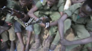 Des enfants sud-soudanais se séparent de leurs armes avec l'aide de l'Unicef, le 10 février 2015.