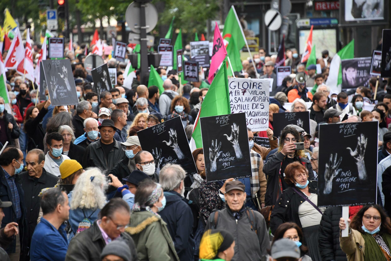 متظاهرون في شوارع العاصمة الفرنسية في باريس في 17 تشرين الأول/أكتوبر 2021 في ذكرى المجزرة ضد الجزائريين قبل ستين عاما
