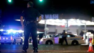 Un agent de police de Baton Rouge (Louisiane) en patrouille dans les rues après la mort de trois policiers lors d'une fusillade, le 17 juillet 2016.