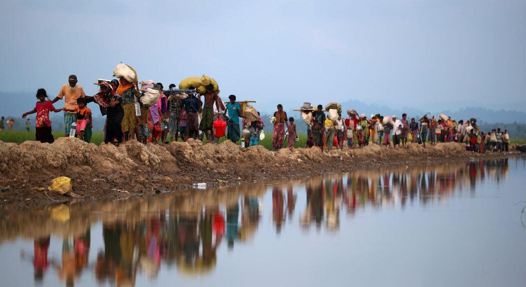 Archivo-Refugiados rohingya continúan su camino después de cruzar de Myanmar a Palang Khali, cerca de Cox's Bazar, Bangladesh, el 2 de noviembre de 2017.