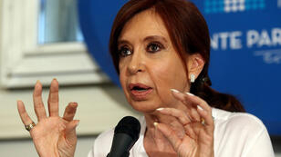 La expresidenta y senadora electa Cristina Fernández de Kirchner está implicada en múltiples causas judiciales, la mayoría por corrupción pero goza de inmunidad parlamentaria. Para ser detenida deberá ser despojada de su fuero como legisladora.