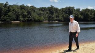 El presidente de Colombia, Juan Manuel Santos, camina cerca del río Apaporis en Vaupés, el 21 de febrero de 2018.