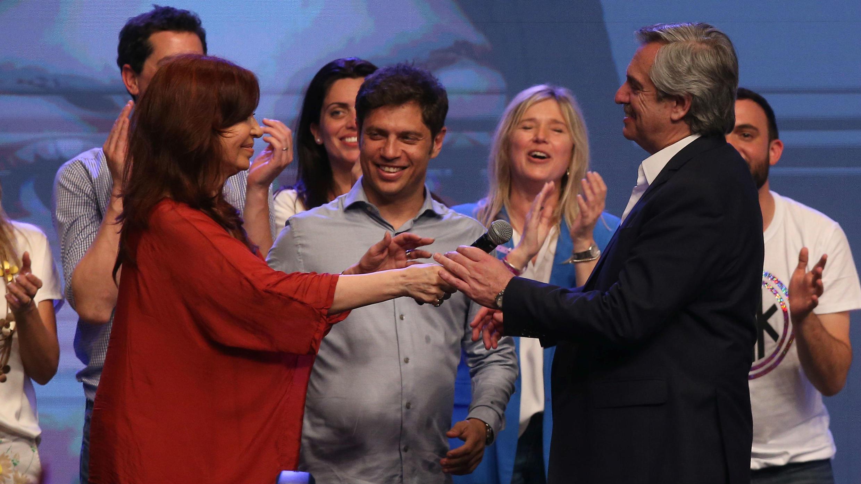 La expresidenta y vicepresidenta electa, Cristina Fernández, y el presidente electo Alberto Fernández celebran la victoria en las elecciones presidenciales, en Buenos Aires, el 27 de octubre de 2019.