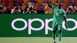 L'attaquant sénégalais Sadio Mané célèbre son but face à l'Ouganda en huitièmes de finale de la Coupe d'Afrique des Nations, le 5 juillet 2019 au Caire