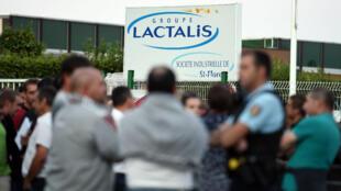 Des producteurs de lait rassemblés devant un établissement du groupe Lactalis, le 26 août 2016, à  Saint-Florent-le-Vieil.