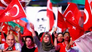 Partidarios del presidente turco, Recep Tayyip Erdogan, han manifestado su respaldo a la medida tomada en el país. Julio 18 de 2018.