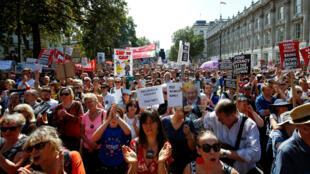 Manifestantes anti-Brexit protestan frente a las puertas de Downing Street en Whitehall en Londres, Gran Bretaña, el 31 de agosto de 2019.