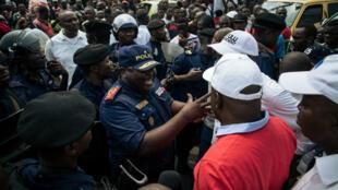 Le leader de l'opposition Martin Fayulu négocie avec la police pour qu'elle laisse passer son convoi, à Kinshasa, le 30 juin 2019.