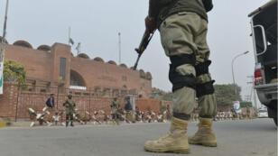 Des soldats pakistanais montent la garde près d'un stade à Lahore.