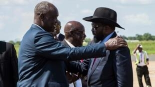 South Sudan President Salva Kiir (R) has pledged that his government will respect a tenuous peace agreement for the country