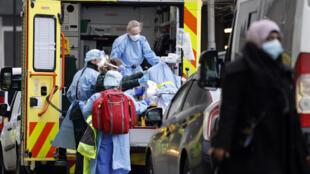 Un patient arrive en ambulance au Royal Free Hospital de Londres, le 11 janvier 2021.