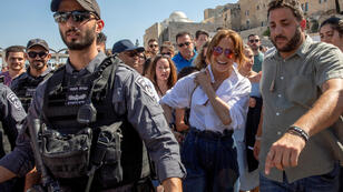 جينيفر لوبيز خلال زيارتها لحائط المبكى (البراق) بالقدس. 2 آب/أغسطس
