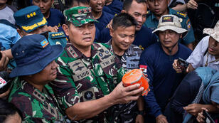 El Comandante de la Armada de Indonesia , Yudo Margono, sostiene la segunda caja negra encontrada del Lion Air JT610 que se estrelló el 29 de octubre con 189 personas a bordo.