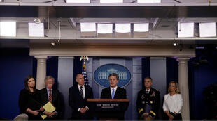 La Secretaria de Prensa de la Casa Blanca, Sarah Huckabee Sanders, el asesor de seguridad nacional de la Casa Blanca, John Bolton, el director de Inteligencia Nacional (DNI) Dan Coats, el director del FBI, Christopher Wray, el director de la Agencia de Seguridad Nacional (NSA), Paul Nakasone y el secretario del Departamento de Seguridad Nacional (DHS), Kirstjen Nielsen sostienen una sesión informativa sobre seguridad electoral en la Casa Blanca en Washington, EE. UU., El 2 de agosto de 2018.