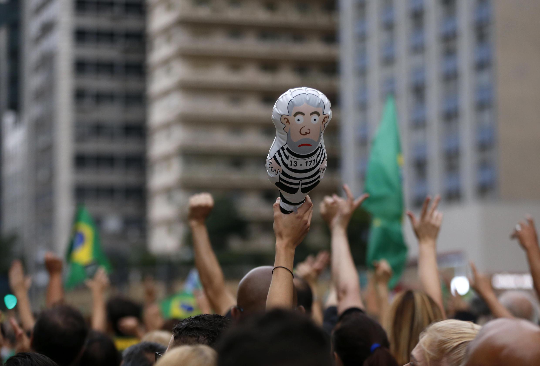 A Sao Paulo, la capitale économique du Brésil, des manifestants dénoncent  la libération de l'ex-Président Lula da Silva le 9 novembre 2019.