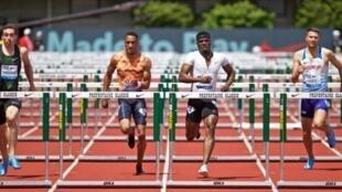 Le Jamaïcain Omar McLeod (c) lors du 110 m haie de la réunion d'Eugene (Oregon), le 26 mai 2018