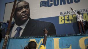 Une affiche apposée par les supporters de Jean-Pierre Bemba devant le siège du Mouvement de libération du Congo à Kinshasa, le 8 juin 2018.