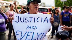 Una activista por los derechos de las mujeres sostiene una cartel en apoyo a Evelyn Hernández, el 10 de septiembre de 2019.
