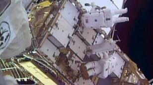 Les astronautes Thomas Pesquet et Shane Kimbrough (en haut) remplacent une batterie de la station spatiale internationale, le 13 janvier 2017.