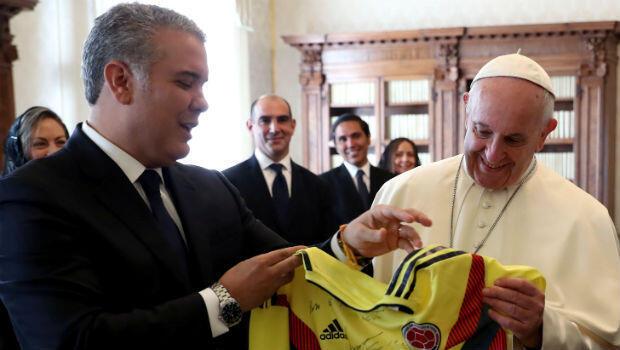 El presidente de Colombia, Ivan Duque, intercambió un regalo con el Papa Francisco durante una audiencia privada en el Vaticano, el 22 de octubre de 2018.