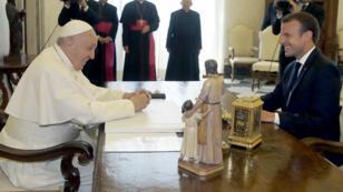 الرئيس الفرنسي إيمانويل ماكرون والبابا فرنسيس في الفاتيكان، 26 حزيران/يونيو 2018.