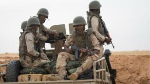 Des soldats mauritaniens à un poste de commandement de la force opérationnelle du G5 Sahel, le 22 novembre 2018, dans le sud-est de la Mauritanie, près de la frontière avec le Mali.