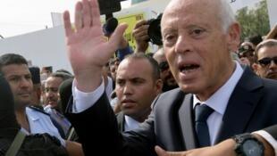Kaïs Saïed salue ses partisans devant un bureau de vote à Tunis, le 13octobre2019.
