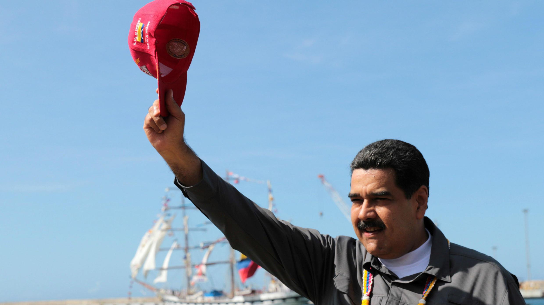 El presidente venezolano, Nicolás Maduro, saluda durante el evento conjunto del buque de entrenamiento Simón Bolívar, buque insignia de la armada venezolana, en La Guaira, Venezuela el 17 de febrero de 2018.