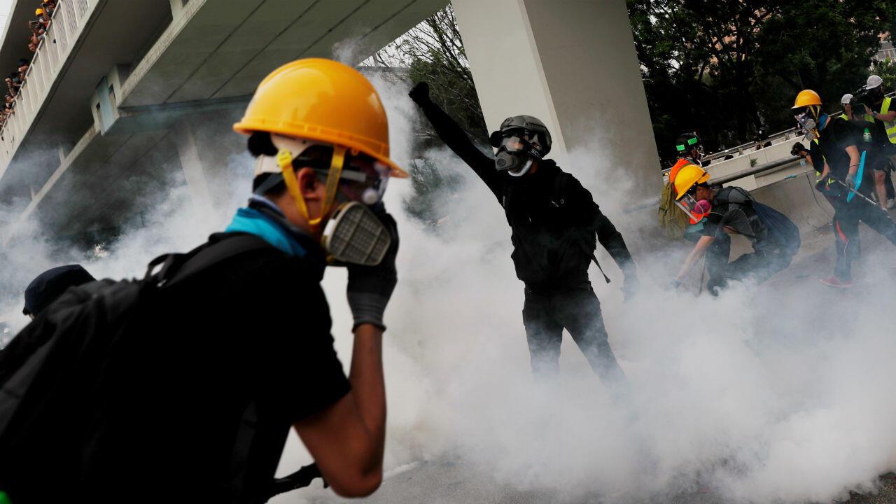 Manifestantes reaccionan a los gases lacrimógenos lanzados por la Policia durante una protesta en Hong Kong el 27 de julio de 2019.