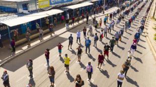 Vista aérea de gente manteniendo distancia social mientras espera su turno afuera del mercado municipal de Piura, 1.000 km al norte de Lima el 29 de abril de 2020