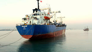 Le cargo-poubelle Burcin dans la rade de Mersin.
