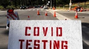 Des test sont pratiqués sur les automobilistes pour savoir s'ils ont contracté le Covid-19, le 26 juin 2020 à Los Angeles, aux États-Unis.