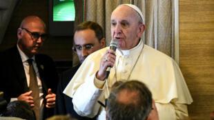 Le pape François dans l'avion qui le conduit à Abu Dhabi, le 3 février.