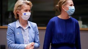 La presidenta de la Comisión Europea, Ursula von der Leyen (izq), y la primera ministra de Dinamarca, Mette Frederiksen, en Bruselas el 21 de julio de 2020