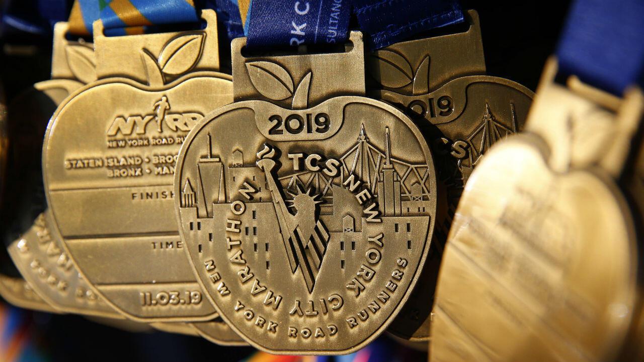 Medallas por participar en la maratón de Nueva York en Manhattan.