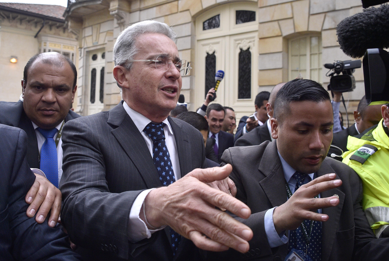 Archivo-El expresidente colombiano Álvaro Uribe a la salida de la Casa de Nariño después de una reunión con el entonces mandatario Juan Manuel Santos, en Bogotá, Colombia, el 5 de octubre de 2016.