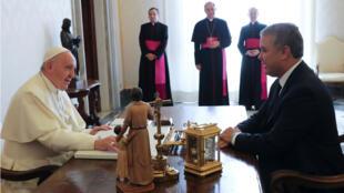 El Papa Francisco habla con el Presidente de Colombia, Ivan Duque, durante una audiencia privada en el Vaticano, el 22 de octubre de 2018