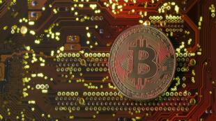 Foto de archivo: Blockchain es la tecnología utilizada para registrar y verificar las transacciones de bitcoines.