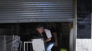 Paco Álvarez, dueño de una cafetería en la ciudad española de Vigo (noroeste) prepara su negocio para la reapertura el 10 de mayo de 2020