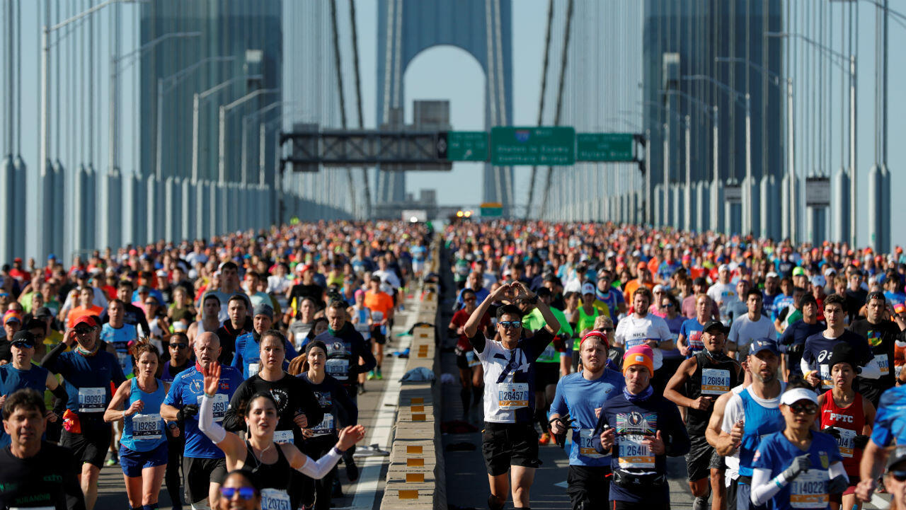 Vista general de los participantes de la carrera en acción en el puente Verrazano-Narrows durante la maratón.