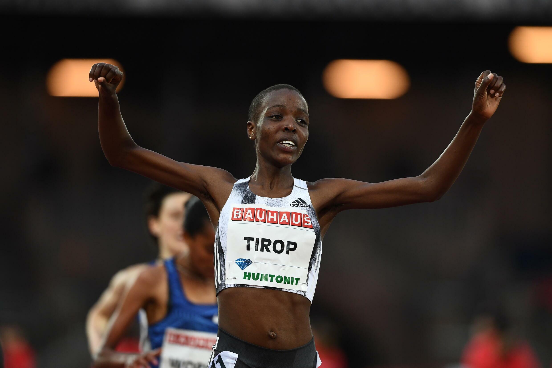 La atleta keniana Agnes Jebet Tirop celebra su victoria en la prueba de 5.000 metros en la reunión de Estocolmo de la Liga de Diamante el 30 de mayo de 2019