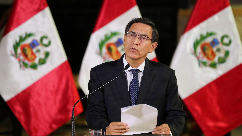 El presidente de Perú, Martín Vizcarra, se dirige a la nación, mientras anuncia que disolverá el Congreso, en el palacio de gobierno en Lima, Perú, el 30 de septiembre de 2019.