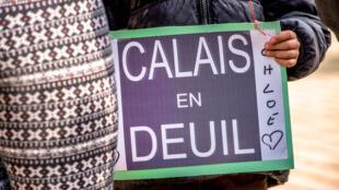 Un habitant de Calais tient une pancarte à la mémoire de Chloé, tuée le 15 avril 2015.